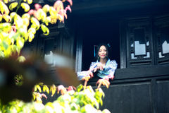 Le portrait de la fille chinoise asiatique dans la robe traditionnelle, portent le style bleu et blanc Hanfu, support de porcelai Photographie stock libre de droits