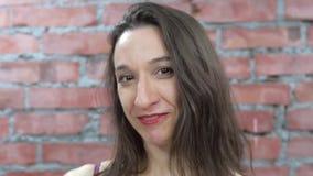 Le portrait de la fille d'une chevelure foncée masculine parlent le sourire in camera Languettes rouges Papier clips vidéos