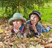 Le portrait de la fille heureuse et le garçon appréciant en automne d'or assaisonnent Photo stock