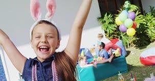 Le portrait de la fille de sourire avec des bras a augmenté pendant la fête d'anniversaire 4k clips vidéos