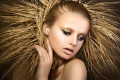 Le portrait de la jeune belle fille blonde avec les oreilles d'or tressent Photos stock