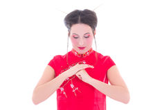 Le portrait de la jeune brune attrayante dans le Japonais rouge habillent l'isolant Photographie stock