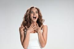 Le portrait de la jeune femme avec des émotions heureuses photographie stock