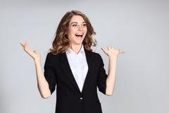 Le portrait de la jeune femme avec des émotions heureuses Photographie stock libre de droits