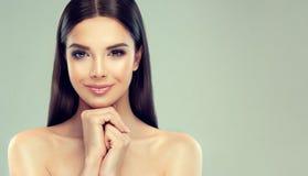 Le portrait de la jeune femme avec la peau fraîche propre, doux, sensible composent et ont délié la coiffure droite photographie stock