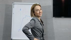 Le portrait de la jeune femme d'affaires ou employé de bureau réussie a excité le sourire gai heureux Pouces vers le haut Atteint clips vidéos