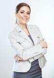 Le portrait de la jeune femme heureuse d'affaires a croisé des bras contre le whi Photo stock