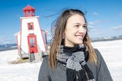 Le portrait de la jeune femme heureuse ont l'amusement au beau jour d'hiver ensoleillé Photographie stock