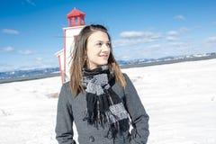 Le portrait de la jeune femme heureuse ont l'amusement au beau jour d'hiver ensoleillé Images libres de droits
