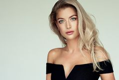 Le portrait de la jeune femme magnifique avec élégant composent et coiffure d'or parfaite photo libre de droits