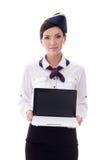 Le portrait de la jeune hôtesse montrant l'ordinateur portable avec l'écran vide est Image libre de droits