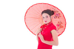 Le portrait de la jolie femme dans le Japonais rouge s'habillent avec l'OIN de parapluie Photos stock