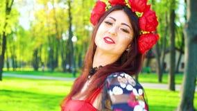 Le portrait de la jolie femme en costume et anneau lumineux exécute la danse folklorique banque de vidéos