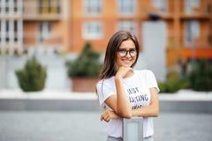 Le portrait de la jolie fille mignonne de sports avec le sourire heureux, porte des lunettes d'aviateur, expression timide de vis image libre de droits