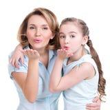 Le portrait de la mère et la fille envoient des baisers Photo stock