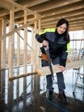 Le portrait de la main femelle de Cutting Wood With de charpentier a vu Photographie stock libre de droits