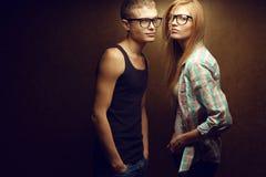 Le portrait de la mode rousse magnifique (de gingembre) jumelle dans occasionnel Photographie stock libre de droits