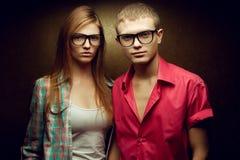 Le portrait de la mode rousse magnifique jumelle dans des chemises occasionnelles Image stock