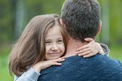 Le portrait de la petite fille mignonne s'est tenu dans des bras du ` s de p?re Famille affectueuse heureuse Engendrez et sa fill photographie stock
