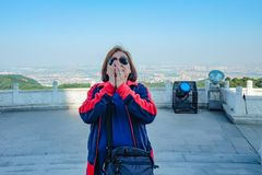 Le portrait de la voyageuse asiatique supérieure de femmes faire payent le courrier de respect en montagne de XIqiao images stock