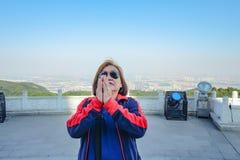 Le portrait de la voyageuse asiatique supérieure de femmes faire payent le courrier de respect en montagne de XIqiao photo stock