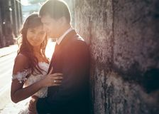 Le portrait de mariage extérieur du sourire juste a marié le temps speding de couples dans la rue de ville Images libres de droits