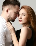 Le portrait de mode du jeune amour de couples ayant l'amusement finissent ensemble apprécient leur amour et date romantique Photos libres de droits