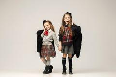 Le portrait de mode de jeunes belles filles de l'adolescence au studio Photos stock