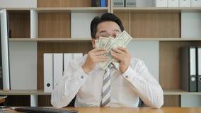 Le portrait de mouvement lent de l'homme asiatique réussi se réjouit l'argent Directeur appréciant des dollars Commis reniflant l banque de vidéos