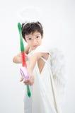 Le portrait de petit garçon feignent comme cupidon avec l'aile Photos stock