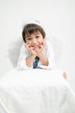 Le portrait de petit garçon feignent comme cupidon avec l'aile Photo stock