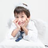 Le portrait de petit garçon feignent comme cupidon avec l'aile et la flèche Photographie stock libre de droits