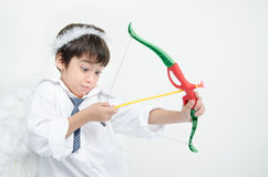 Le portrait de petit garçon feignent comme cupidon avec l'aile et la flèche Images libres de droits