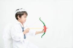 Le portrait de petit garçon feignent comme cupidon avec l'aile et la flèche Photos libres de droits