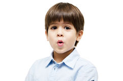 Le portrait de petit garçon indiquent la surprise photos libres de droits