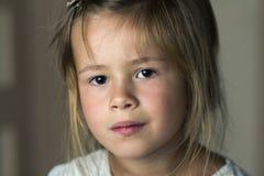 Le portrait de peu fille mignonne d'enfant assez en bas âge avec le gris observe a photos libres de droits