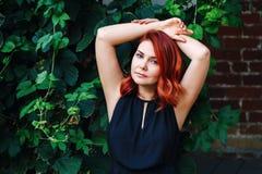 Le portrait de plan rapproché de détendre le milieu sexy a vieilli la femme caucasienne blanche avec les cheveux rouges ondulés d Photographie stock libre de droits