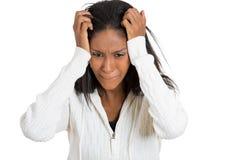 Le portrait de plan rapproché a soumis à une contrainte la femme avec le mal de tête tenant la tête Photos libres de droits