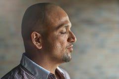 Le portrait de profil de vue de côté de plan rapproché du jeune homme indien beau avec ses yeux s'est fermé, pensant ou méditant, photo libre de droits