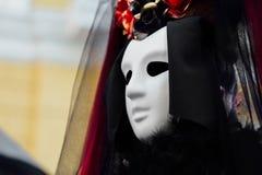 Le portrait de sorcière dans la robe noire de vintage, le masque blanc couvre le visage Veuve Halloween de femme photographie stock
