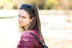 Le portrait de Stefania au parc en premier ressort photo libre de droits