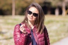 Le portrait de Stefania au parc en premier ressort photos stock