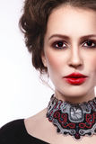 Le portrait de style de vintage de la jeune belle femme avec gothique font Photos stock