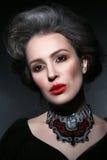 Le portrait de style de vintage de la jeune belle femme avec gothique font Image libre de droits