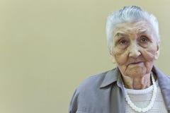 Le portrait de vieille dame image stock