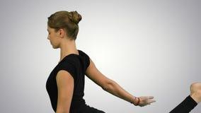 Le portrait de vue de côté de la belle jeune femme faisant le yoga ou les pilates s'exercent Une pose à jambes du Roi Pigeon, Eka photo stock