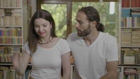 Le portrait des couples adolescents déçus faisant le facepalm font des gestes et des pouces exprimant vers le bas la frustration  banque de vidéos