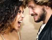 Le portrait des couples et de elle affectueux est criard à lui très angr Image libre de droits