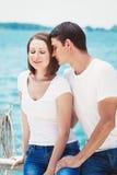 Le portrait des couples hétérosexuels sur la plage arrosent l'avant l'été d Photographie stock