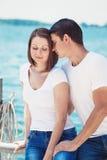 Le portrait des couples hétérosexuels sur la plage arrosent l'avant l'été d Images stock